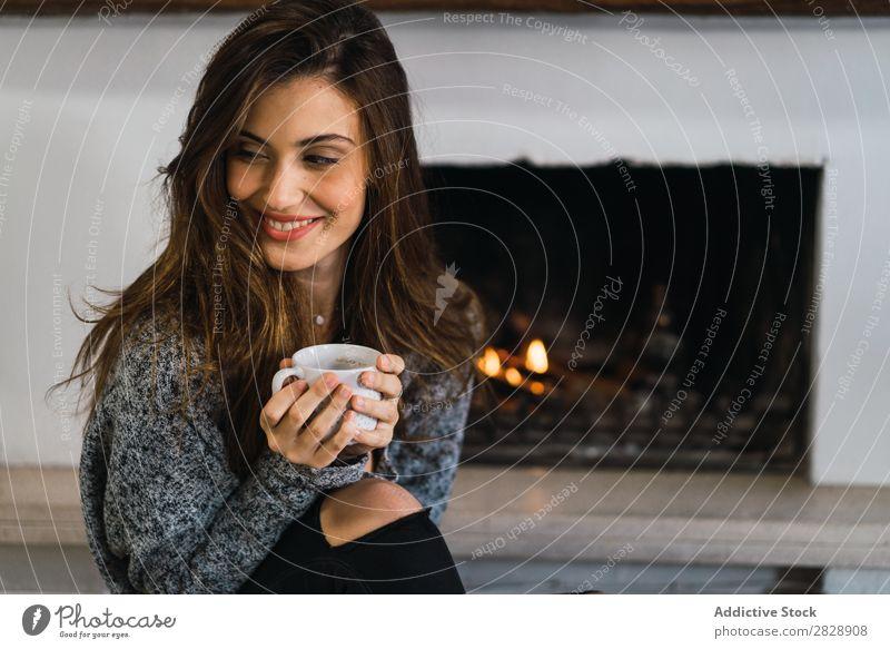 Schönes Modell mit Tasse Kaffee Frau heimwärts Kuscheln träumen Menschliches Gesicht Körperhaltung besinnlich Fürsorge Lifestyle Haus lässig romantisch Wärme