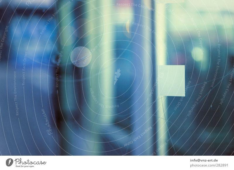 Nachts Kleinstadt Tür Glas blau Stimmung Unschärfe Licht grün Menschenleer Außenaufnahme