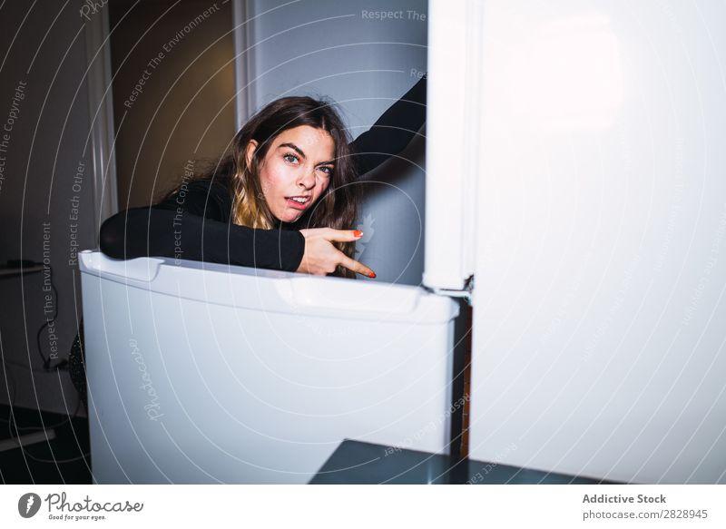 Ekelhafte Frau bei geöffnetem Kühlschrank zeigen Blick in die Kamera Lebensmittel Küche Jugendliche überrascht riechend verängstigt unerfreulich verunreinigt