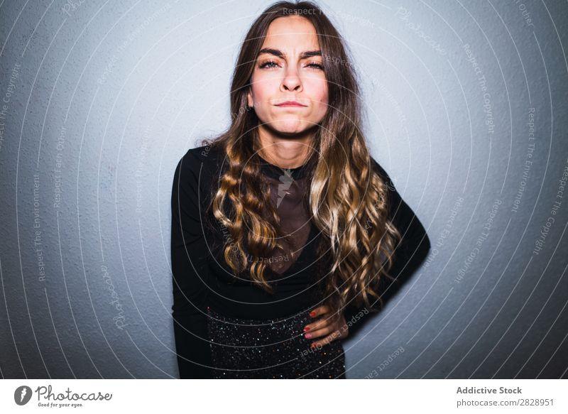 Ausdrucksstarke Frau an der Wand verdächtig Zweifel Mensch skeptisch unsicher zweifelhaft verärgert ungewiss Jugendliche hübsch Irritation zynisch Porträt schön