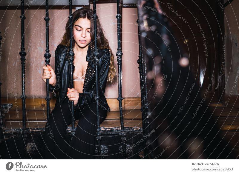 Attraktive Frau am Gitter sitzend Jugendliche attraktiv heimwärts Raster Körperhaltung verführerisch schön Mensch hübsch Beautyfotografie genießen Erholung BH
