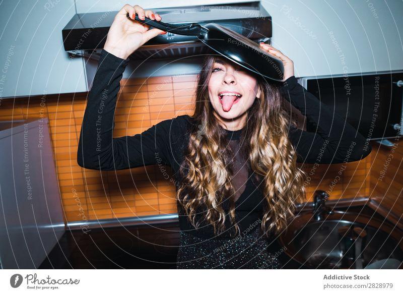 Junge Frau posiert mit Pfanne hübsch Körperhaltung heimwärts Küche expressiv Fürsorge emotional Lächeln schön Lifestyle Jugendliche Mensch Glück attraktiv