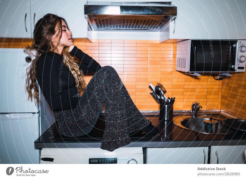 Frau auf dem Küchentisch sitzend Körperhaltung heimwärts Tisch schön Lifestyle