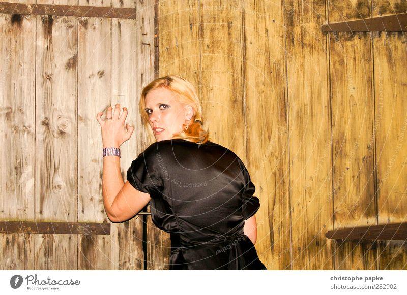 kratz on wood elegant Stil feminin Junge Frau Jugendliche Erwachsene 1 Mensch 18-30 Jahre blond verrückt wild Wut gereizt Aggression kratzen Farbfoto
