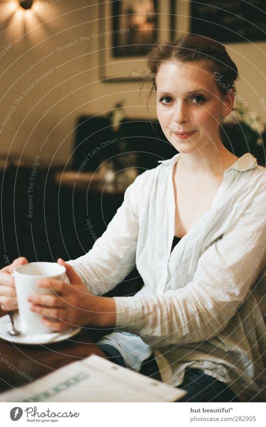 café crema° feminin Junge Frau Jugendliche 1 Mensch 18-30 Jahre Erwachsene Essen Freundlichkeit schön Neugier positiv Vorfreude Akzeptanz Sicherheit