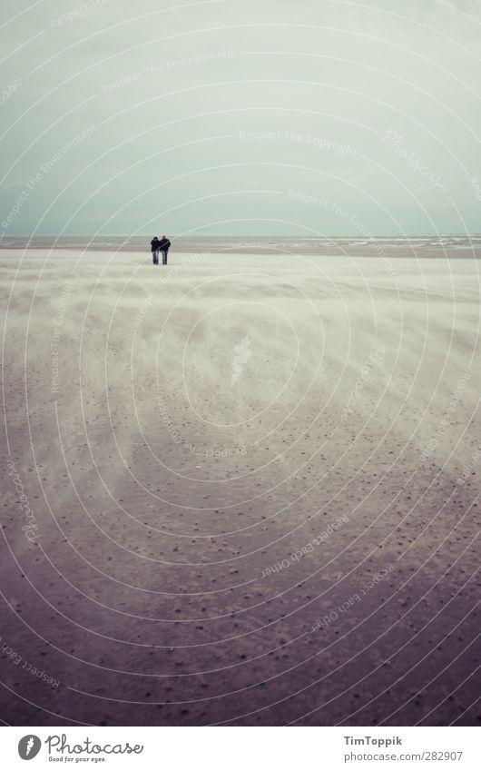 Nowhere #4 Strand Zusammensein Liebespaar Sand Sandstrand Sandsturm Langeoog Meer Wellen Spaziergang Strandspaziergang Paar Sturm Traurigkeit sentimental
