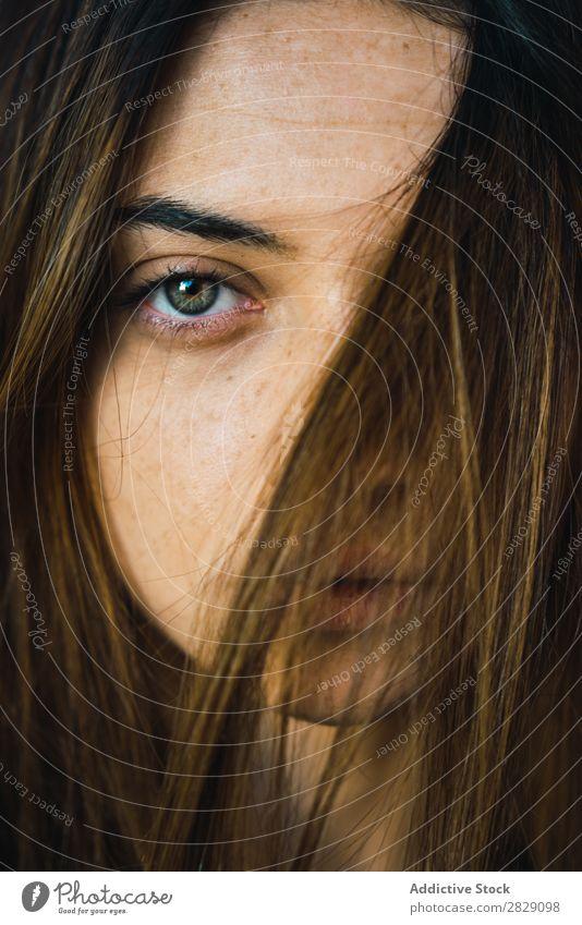 Frau posiert in der Türöffnung Blick in die Kamera träumen besinnlich Fürsorge genießen attraktiv lässig