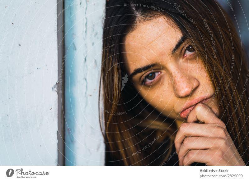 Frau posiert in der Türöffnung Verlassen Gebäude stehen anlehnen hübsch Blick in die Kamera träumen besinnlich Fürsorge genießen attraktiv lässig Erholung