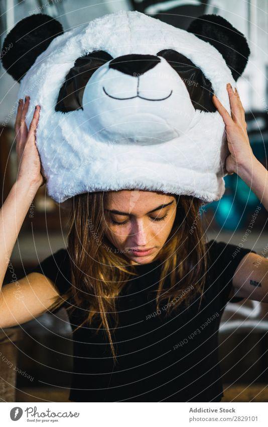 Hübsche Frau mit Plüsch-Panda-Kopf Freude Maske Kostüm Lächeln