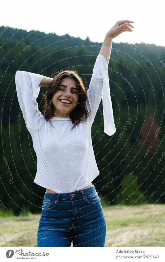Hübsches Mädchen in der Natur Frau genießen lässig stehen Blick in die Kamera Porträt