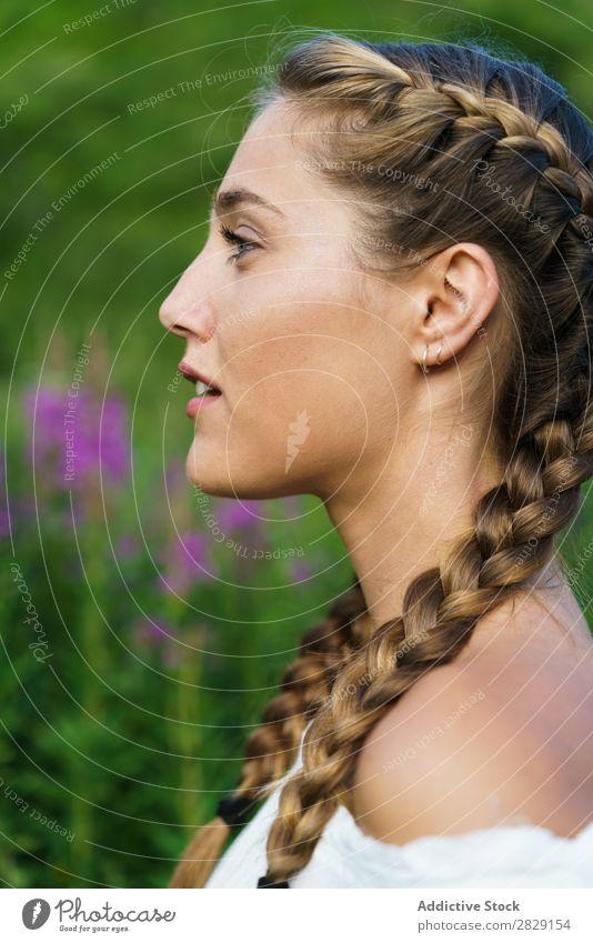 Hübsches Mädchen in der Natur Frau genießen lässig stehen Porträt Jugendliche