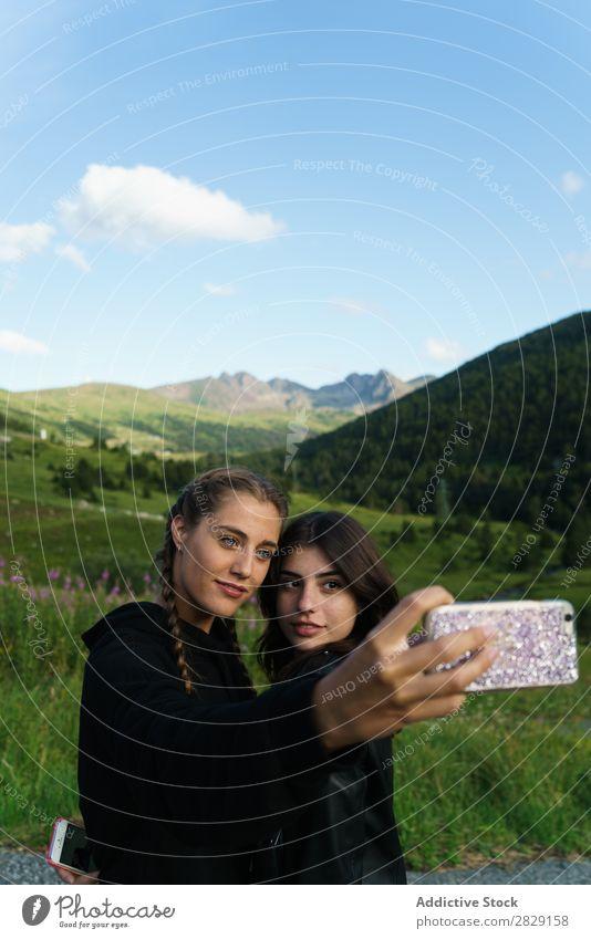 Frauen nehmen Selfie auf der Wiese mit. PDA Sommer Jugendliche Porträt Gras Freude Mobile Natur Lifestyle hübsch Körperhaltung Apparatur Gerät Gesicht Model