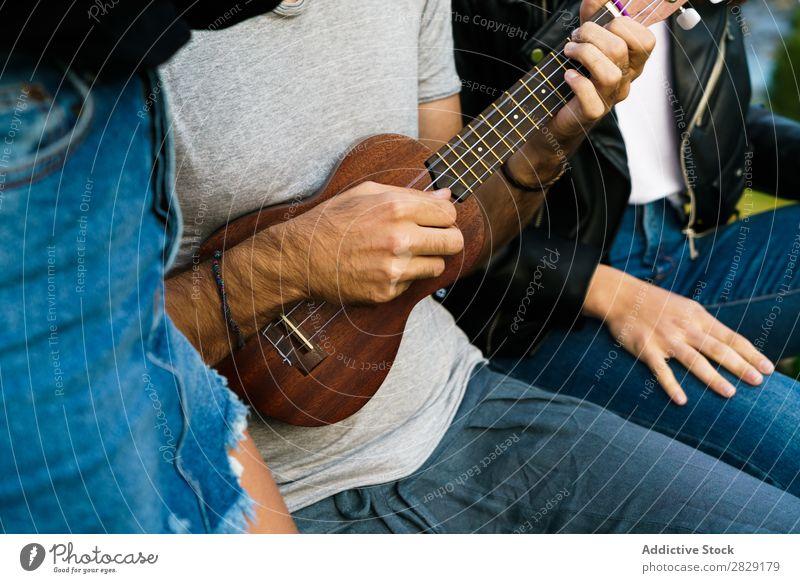 Getreidefreunde, die in der Natur singen. Frau Mann Musik Ukulele schön Glück Jugendliche hören verrichtend Freude Musiker Instrument Sommer Gitarre