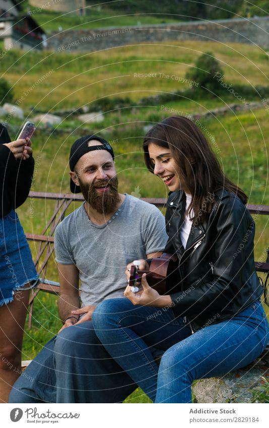 Freunde singen in der Natur Frau Mann Musik Ukulele schön Glück Jugendliche hören verrichtend Freude Musiker Instrument Sommer Gitarre Beautyfotografie hübsch