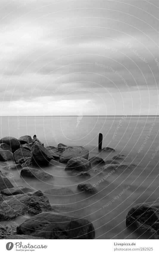da Pfal Umwelt Natur Landschaft Wasser Himmel Wolken Wetter schlechtes Wetter Küste Strand Ostsee Meer Stein Holz grau schwarz weiß Schwarzweißfoto
