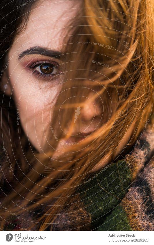 Gesicht der jungen Frau Nahaufnahme Blick in die Kamera rothaarig attraktiv Mädchen Porträt Sauberkeit Mode Model schön Beautyfotografie Jugendliche Behaarung