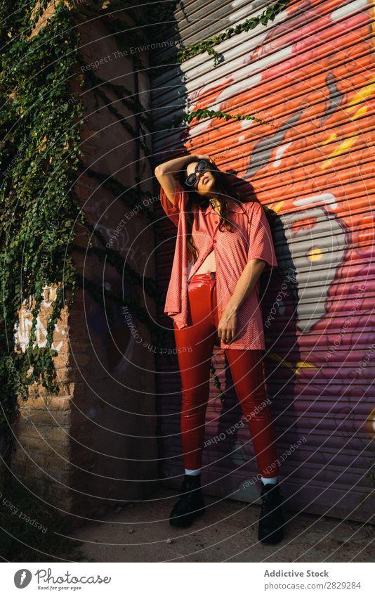 Stilvolle Frau auf der Straße Stadt Körperhaltung Sonnenbrille Porträt attraktiv Beautyfotografie trendy Lifestyle hübsch Mode Jugendliche Model schön Dame