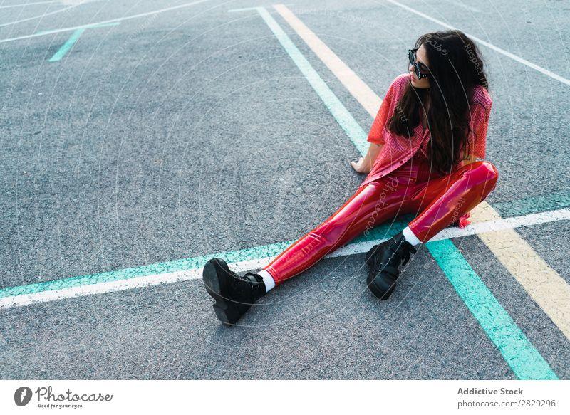 Frau auf dem Spielplatz sitzend Stil Straße Stadt Körperhaltung Sonnenbrille Porträt attraktiv Beautyfotografie trendy Lifestyle hübsch Mode Jugendliche Model