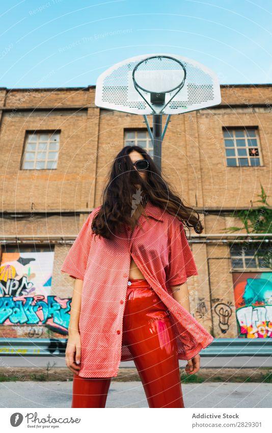 Frau, die auf dem Spielplatz steht. Stil Straße Stadt Körperhaltung Porträt attraktiv Beautyfotografie trendy Lifestyle hübsch Mode Jugendliche Model schön Dame