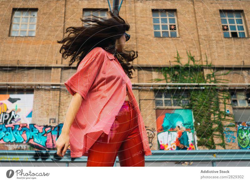 Frau, die auf dem Spielplatz steht. Stil Straße Zaun Stadt Körperhaltung Porträt attraktiv Beautyfotografie trendy Lifestyle hübsch Mode Jugendliche Model schön