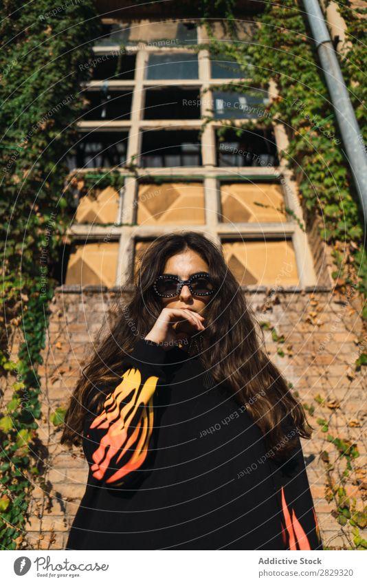Stilvolle Frau auf der Straße Stadt Körperhaltung Mantel Sonnenbrille Porträt attraktiv Beautyfotografie trendy Lifestyle hübsch Mode Jugendliche Model schön