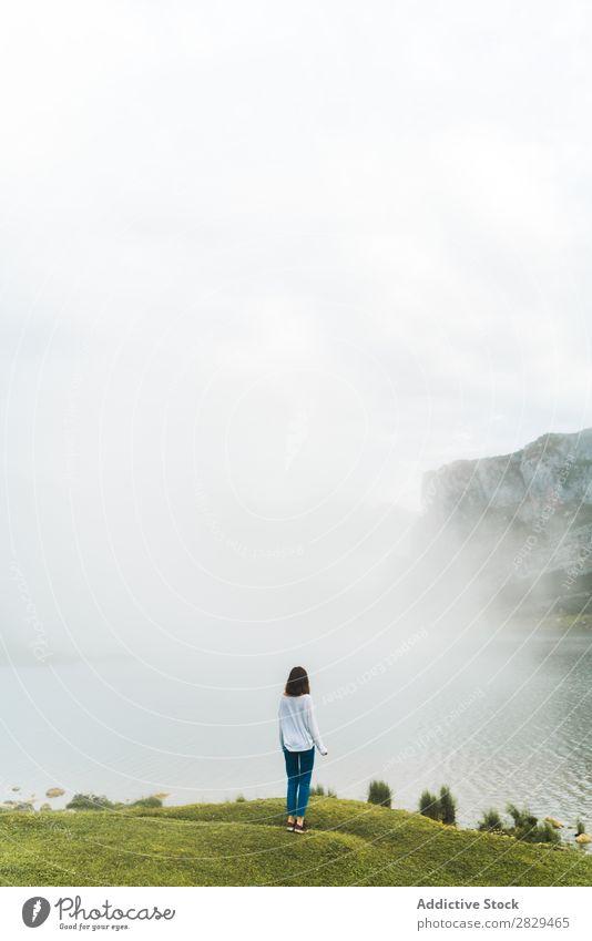 Frau am Berg stehend Wiese Wind beschmutzen hübsch Erholung Natur Feld Mädchen Gras schön Jugendliche grün Frühling Mensch Fröhlichkeit Freiheit