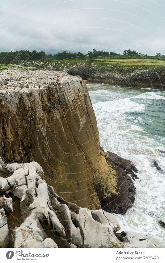 Frau sitzt auf einem Felsvorsprung. Klippe sitzen schön Felsen Sommer Natur Ferien & Urlaub & Reisen Wasser Landschaft Jugendliche blau Lifestyle Meer Freiheit