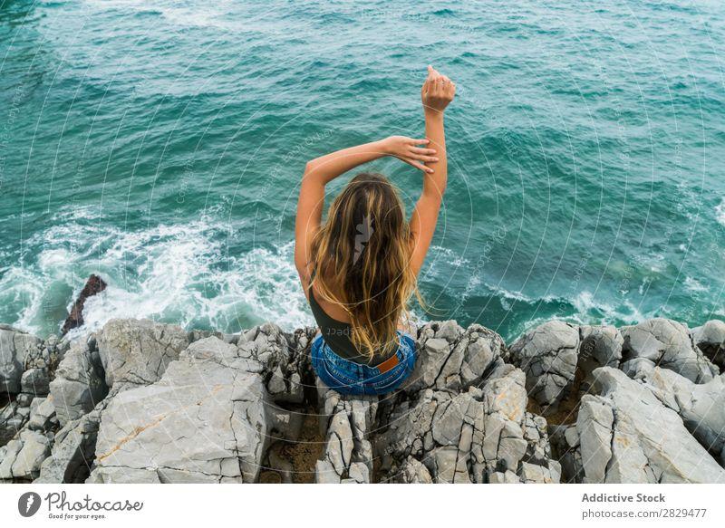 Frau sitzt am Rande des Felsens. Klippe Meer sitzen schön Sommer Natur Ferien & Urlaub & Reisen Wasser Landschaft Jugendliche blau Lifestyle Freiheit wandern
