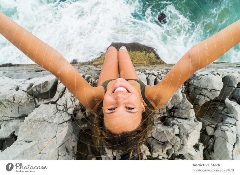 Frau nimmt Selfie am Rande des Felsens. Klippe Meer sitzen schön Sommer Natur Ferien & Urlaub & Reisen Wasser Landschaft Jugendliche blau Lifestyle Freiheit