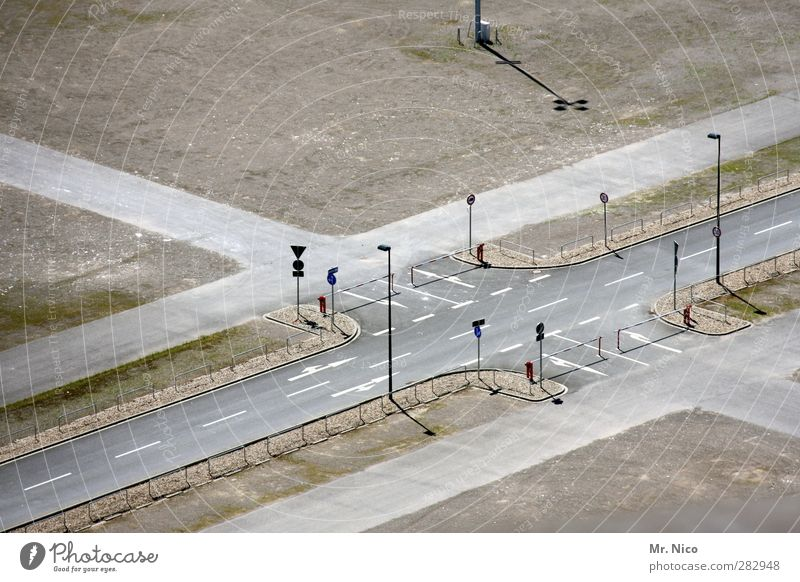 Ölkrise Schönes Wetter Stadt Verkehrswege Straße Straßenkreuzung Wege & Pfade Wegkreuzung Verkehrszeichen Verkehrsschild Zukunft Schranke Asphalt
