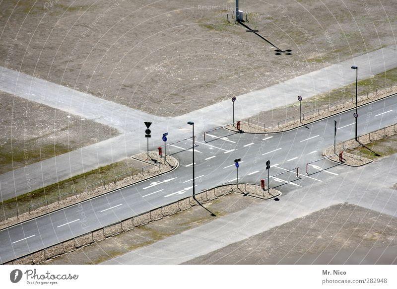 Ölkrise Stadt ruhig Umwelt Straße Wege & Pfade Verkehr leer Zukunft Schönes Wetter Stadtleben Asphalt Pfeil Straßenbeleuchtung Verkehrswege Langeweile Parkplatz