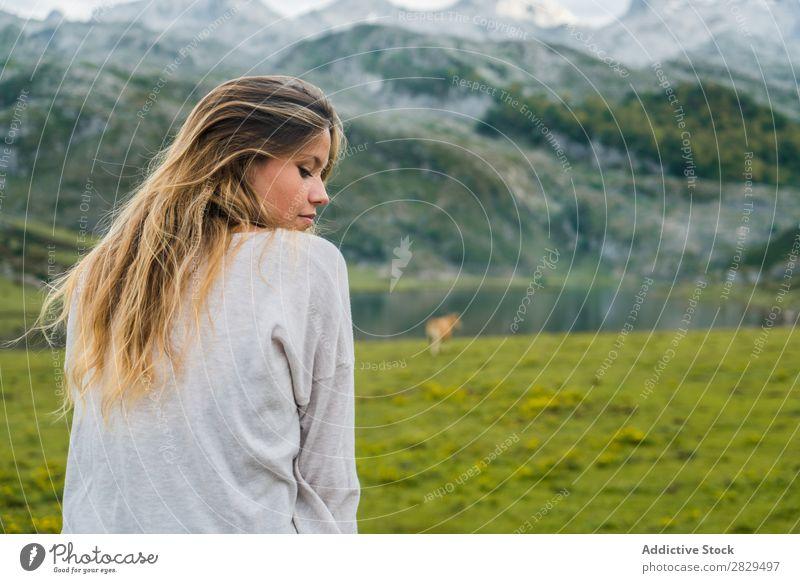 Frau entspannt sich auf der Bergwiese Wiese Erholung sitzen Geländer Berge u. Gebirge Augen geschlossen Natur Feld Mädchen Gras schön Jugendliche grün Frühling