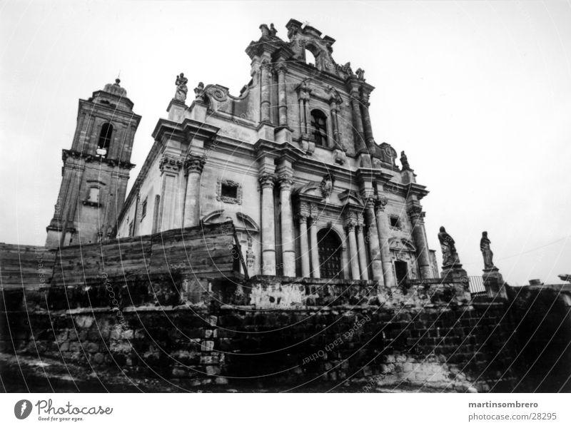 Geisterkirche baufällig Sizilien Weitwinkel Regen Romantik Italien Froschperspektive dunkel verfallen Gotteshäuser alter Dom Schwarzweißfoto Kontrast