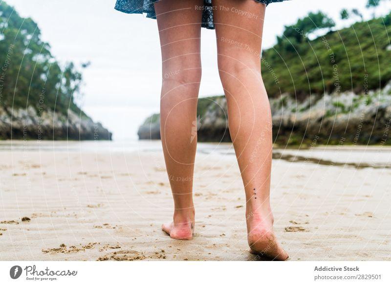 Getreidefrau, die am Strand spazieren geht. laufen Sommer Ferien & Urlaub & Reisen Fröhlichkeit Jugendliche Meer Wasser genießen tropisch Sand Seeküste