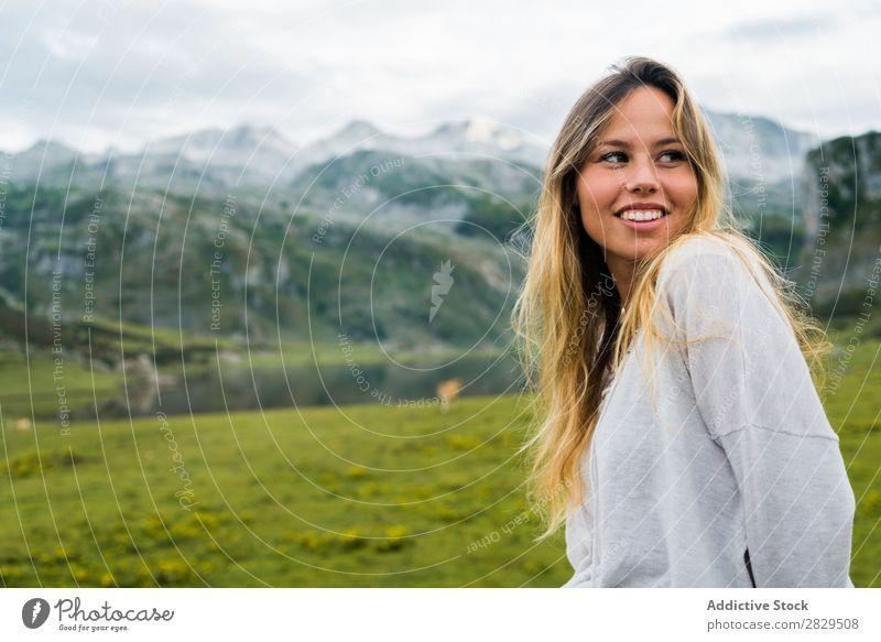 Frau, die auf einer Bergwiese posiert. Wiese Erholung Berge u. Gebirge Natur Feld Mädchen Gras schön Jugendliche grün Frühling Mensch Fröhlichkeit Freiheit