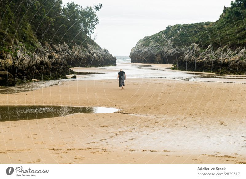 Wanderer in der Sandbucht Mensch Bucht Strand ruhig Sommer tropisch abgelegen Aussicht Landschaft Küste Meereslandschaft Natur Felsen Promenade Tourismus laufen