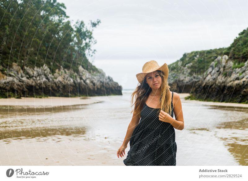 Mädchen mit Hut, das am Strand posiert. Frau Körperhaltung Stil Ferien & Urlaub & Reisen Beautyfotografie Jugendliche Sommer