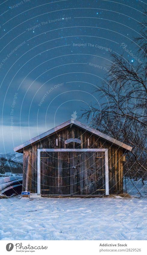 Kleines Holzgebäude im Winter Natur kalt Norden Haus Abend Abenddämmerung bedeckt Schnee Jahreszeiten weiß Landschaft Eis Frost Ferien & Urlaub & Reisen Wald