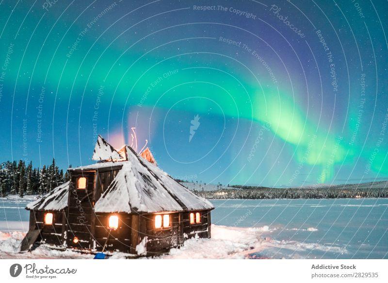 Haus bei Nacht mit Polarlicht Winter Natur kalt Norden bedeckt Licht sternenklar Schnee Jahreszeiten weiß Landschaft Eis Frost Ferien & Urlaub & Reisen Wald