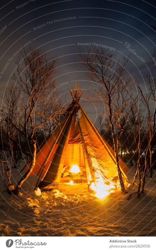 Zelt mit Lagerfeuer bei Nacht Winter Natur kalt Norden bedeckt Freudenfeuer Licht Wald Schnee Jahreszeiten weiß Landschaft Eis Frost Ferien & Urlaub & Reisen