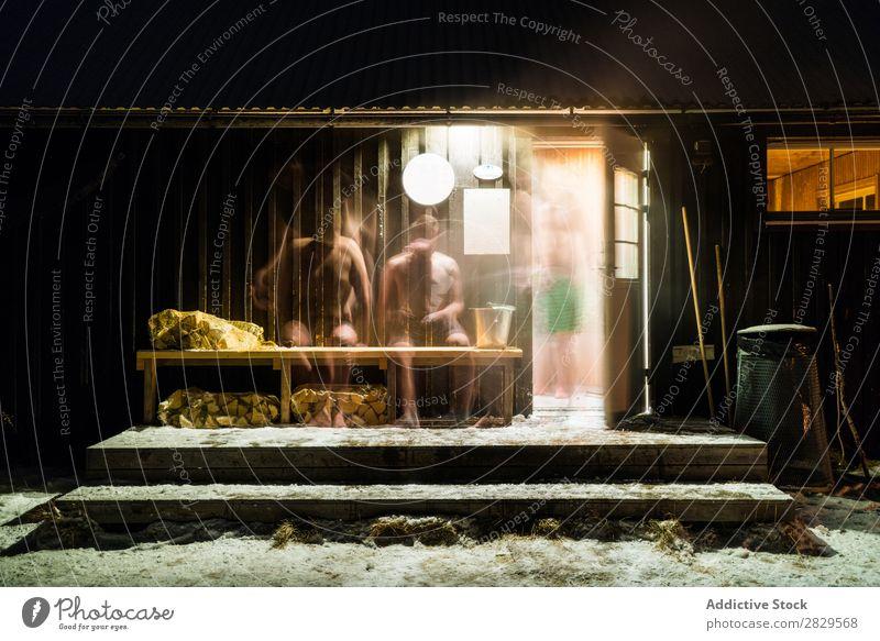 Leute, die aus der Sauna gehen. Winter Natur kalt Norden Mensch sitzen Erwärmung bedeckt Schnee Jahreszeiten weiß Landschaft Eis Wäsche waschen Sauberkeit Frost