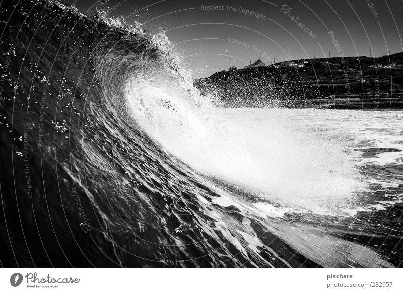 Welle Natur Urelemente Wasser Wellen Küste Meer Bewegung Aggression ästhetisch bedrohlich dunkel gigantisch schwarz Schwarzweißfoto Außenaufnahme Tag Kontrast