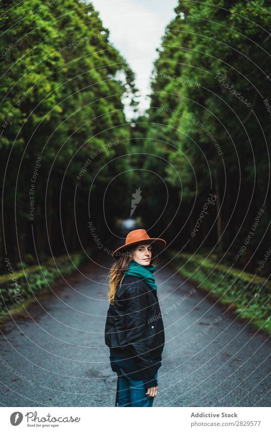 Frau mit Kamera im Wald Fotograf grün Natur Fotokamera Hut Jugendliche