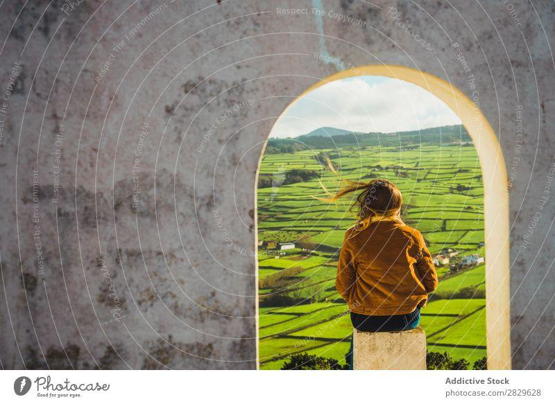 Frau im Bogen mit Blick auf das Feld Gebäude grün Natur Wiese Frühling Sommer Gras Landschaft Landwirtschaft ländlich Sonnenlicht Bauernhof schön Rasen Umwelt