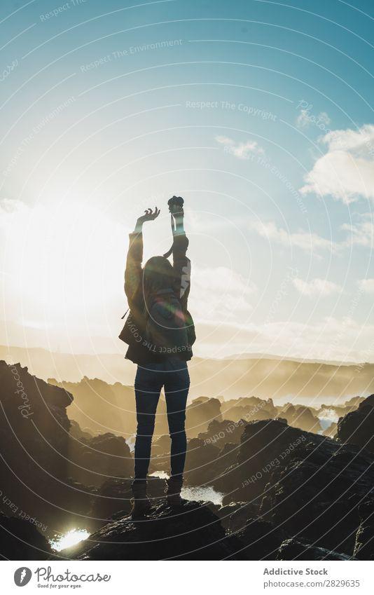 Frau mit Kamera auf der Klippe Tourist Felsen Landschaft Berge u. Gebirge Ferien & Urlaub & Reisen Natur Tourismus Stein Aussicht Fotograf Fotokamera Abenteuer