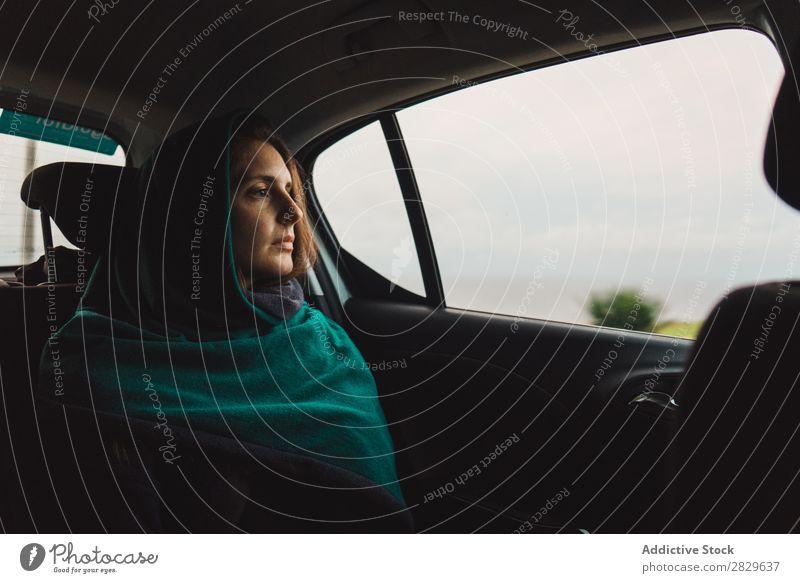 Frau, die im Auto fährt und wegguckt. PKW träumen Ferien & Urlaub & Reisen reisend nachdenken Inspiration Traurigkeit Innenaufnahme Fenster Erholung Reisender