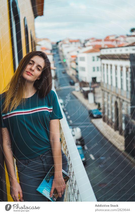 Charmante Brünette auf dem Balkon im Stadtbild Frau träumen Skyline Fürsorge romantisch besinnlich Ferien & Urlaub & Reisen Beautyfotografie lässig Denken