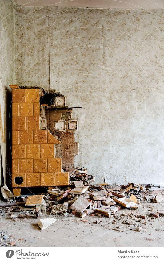 Der Ofen ist aus Ofenheizung Kachelofen kalt kaputt Wärme Senior Energie Wandel & Veränderung Häusliches Leben heizen Ruine Zerstörung Erneuerbare Energie