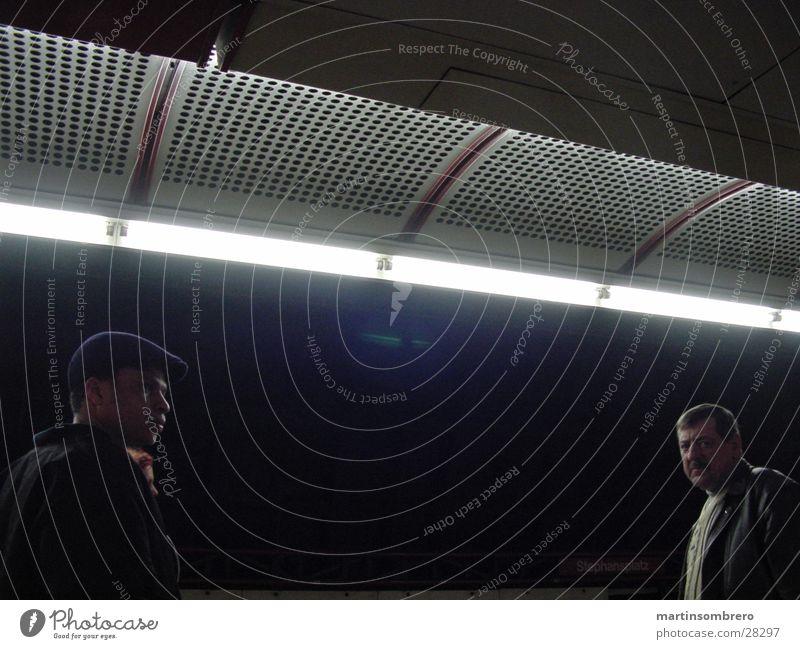 Gestalten in der Nacht dunkel Menschengruppe geheimnisvoll U-Bahn Neonlicht Wien unterwegs
