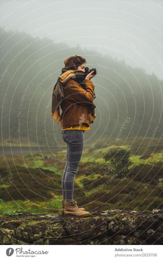 Frau beim Fotografieren in nebligen Wäldern Nebel Natur fotografierend Ferien & Urlaub & Reisen Landschaft Aussicht Umwelt einfangen Abenteuer Fotokamera